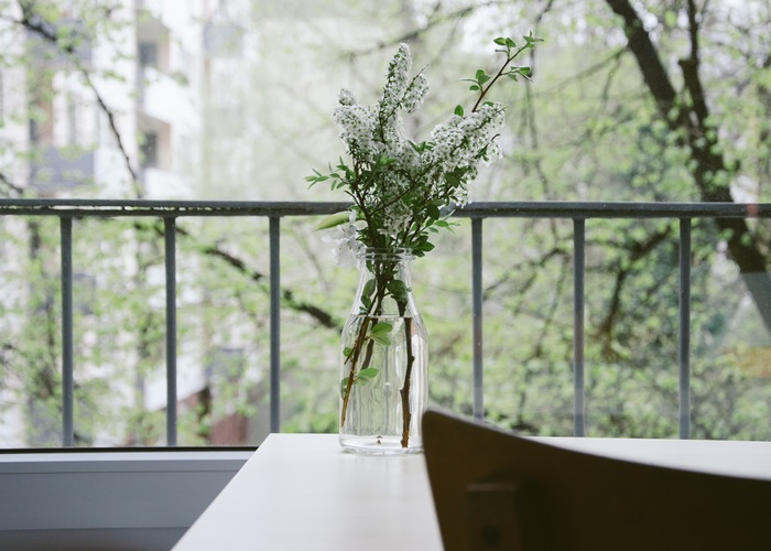 nature-flowers-table-balcony