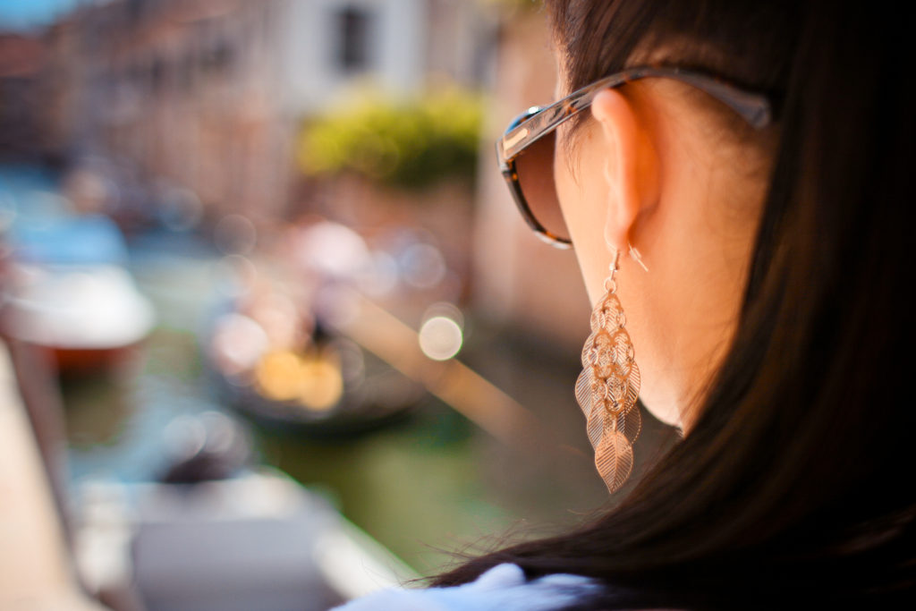 girl-looking-at-venice-gondola-picjumbo-com