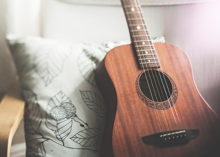 tfd_photo_guitar-on-pillow