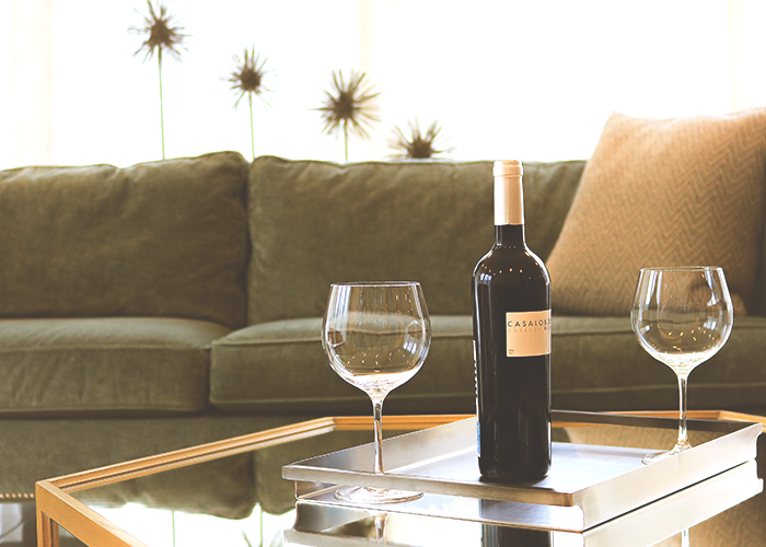 tfd_photo_living-room-with-wine-glasses