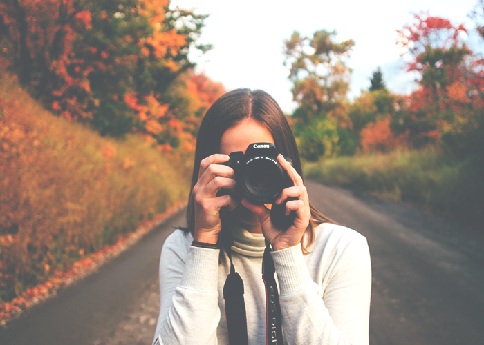 tfd_photo_woman-with-camera-in-fall