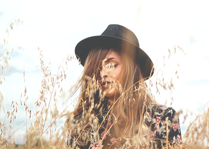 tfd_woman-wearing-stylish-hat-in-field