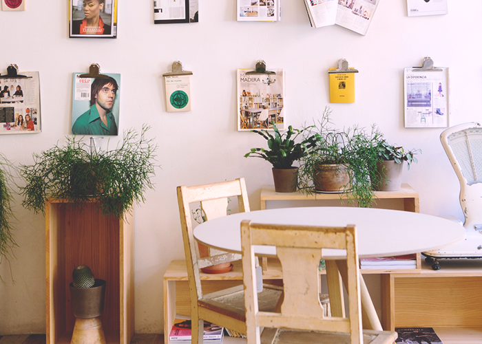 tfd_cafe-with-empty-table-with-wall-art