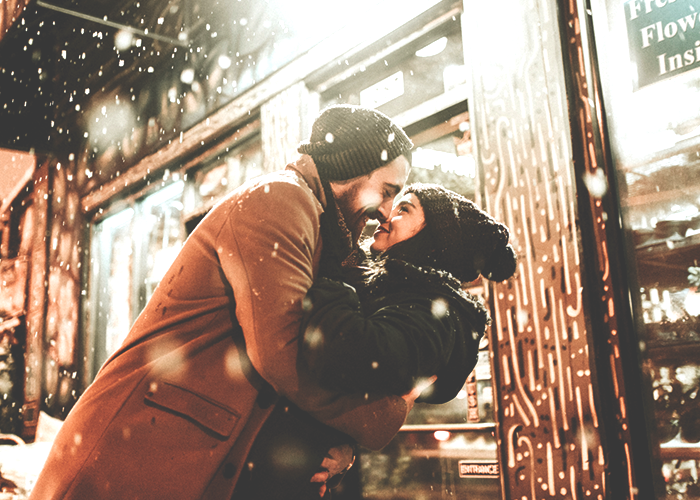 couple-kissing-outside-in-the-snow